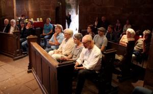 Die Zuschauer füllten die Kapelle im Nideggener Burgenmuseum gut aus. Sie lauschten andächtig den Ausführungen des Satirikers, Dichters, Autors und Sängers Wiglaf Droste. Foto: Thomas Schmitz/pp/Agentur ProfiPress