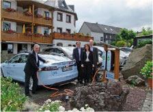 Melanie und Hubert Drayer, Geschäftsführer Michels Wohlfühlhotel, Heinrich Kusenbach und Frank Lentes (RWE Firmenkundenvertrieb)  bei der Inbetriebnahme.