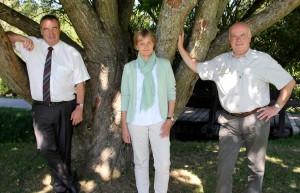 Annette Köhne-Dolcinelli ist umrahmt von Nettersheims Bürgermeister Wilfried Pracht (l.) und Horst-Karl Dengel, Leiter des Regionalforstamts Hocheifel-Zülpicher Börde. Foto: Thomas Schmitz/pp/Agentur ProfiPress