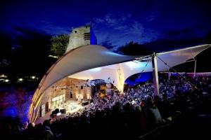 Das bunte Sommerprogramm auf der Burg Wilhelmstein in Würselen holt noch bis zum 9. September Sänger und Bands, Comedians und Musikprojekte, wie auch ganz besondere Kinofilme in die einzigartige Burgruine. Foto: Claus Langer/pp/Agentur ProfiPress