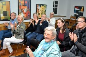 Mit kräftigem Applaus honorierten die Zuhörer bei der Lit.Eifel-Veranstaltung in Simonskall den Vortrag der Kölner Autorin Eva Weissweiler. Foto: Renate Hotse/pp/Agentur ProfiPress