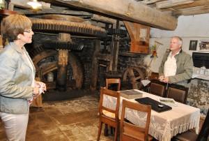Eigentümer Walfried Heinen (r.) freut sich darauf, die von ihm und seiner Frau Gerdi liebevoll restaurierte Falkenstein-Mühle in Eiserfey den Gästen der Lesung bei einer Führung zeigen zu dürfen. Foto: Renate Hotse/pp/Agentur ProfiPress