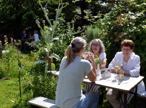 Das Gartencafé mit ganz besonderem Ambiente: Die Gäste können in Glehn mitten im Ökogarten unter anderem selbst gebackenen Kuchen und fair gehandelten Kaffee zu sich nehmen. Foto: Manfred Lang/pp/Agentur ProfiPress