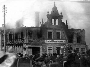 Das Hotel Bergemann in Gemünd und mehrere angrenzende Gebäude brennen am 5. und 6. September 1911 lichterloh. An der Stelle befindet sich heute das Hotel Friedrichs. Repro: F.A. Heinen/Löschzug Gemünd/pp/Agentur ProfiPress