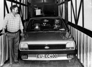 Schaffte die Kurve in den Saal nicht. Der Fiesta des Schriftführers Reiner Züll 1980 im Flur der Gaststätte Hamelmann. Foto: RCN-Archiv/pp/Agentur ProfiPress