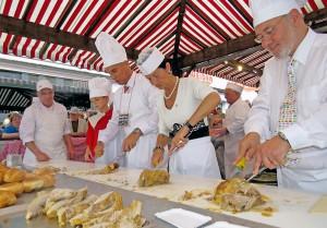 Der Saubraten, das kulinarische Wahrzeichen der traditionellen Säubrennerkirmes in Wittlich, findet vermutlich auch in diesem Jahr reißenden Absatz. Foto: Werner Pelm/pp/Agentur ProfiPress