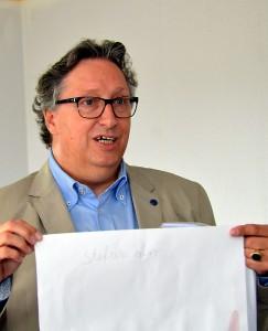 Rolf K. Emmerich, Chef der Lebenshilfe HPZ, zeigt die Pläne für die Autismus-Ambulanz. Foto: Manfred Lang/pp/Agentur ProfiPress