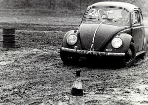 Der erste Autoslalom des RCN auf dem Parkplatz in Schwammenauel erinnerte 1966 eher an ein Auto-Cross. Man beachte den Fahrer mit weißem Hemd und Krawatte am Steuer. Foto: RCN-Archiv/pp/Agentur ProfiPress