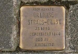Vor ihrem letzten Domizil in der Emmastraße 27 in Köln-Sülz erinnert ein Stolperstein an Luise Straus-Ernst, die mit einem der letzten Konvois nach Auschwitz deportiert wurde und dort starb. Foto: Gudrun Velten