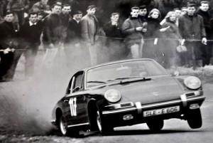 Beim Bergrennen 1964 in Bad Neuenahr driftet Kleins Porsche 911 auf drei Rädern durch die Kurve. Repro: Reiner Züll/pp/Agentur ProfiPress
