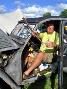 Zwei Holzäste gehören zu den wichtigsten Utensilien in der Ente von Bob Brotherhood. Unter anderem dienen sie dazu, die Autotüren aufzuhalten. Foto: Renate Hotse/pp/Agentur ProfiPress