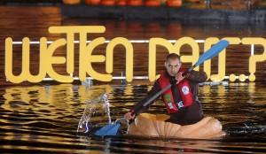 """Matthias Gerber aus Stuttgart paddelte in einer """"Wetten dass?""""-Sendung im Jahr 2007 in einem ausgehöhlten Kürbis über einen kleinen See. Er moderiert die erste Kürbis-Regatta auf dem See des Krewelshofes in Obergartzem. Foto: Krewelshof/pp/Agentur ProfiPress"""