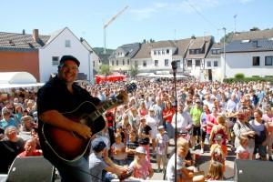Der bekannte Kölner Kneipenmusiker Björn Heuser war ebenfalls mit von der Partie beim Benefizgastspiel für die Hochwasseropfer vom Bleibach. Foto: Stephan Ever-ling/pp/Agentur ProfiPress