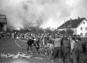 Am 5. Oktober 1950 brennt das Anwesen Weimbs in Morsbach. Hier sind zwei Handspritzen im Einsatz. Repro: F.A. Heinen/Loni Mertens/pp/Agentur ProfiPress