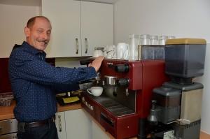 Den Kaffee brüht Wolfgang Pistl mit einer alten, aber verdammt guten Profimaschine aus dem Kaffeeland Italien auf. Das Mehl malt er aus Bohnen, die in Honduras von Kleinbauern nach ökologisch sinnvollen Prinzipien angebaut, zu fairen Preisen gehandelt, nach Europa gebracht und im Kaffeehaus von Hubert Schröder in der Mechernicher Bahnstraße professionell und schonend geröstet wurden. Foto: Manfred Lang/pp/Agentur ProfiPress