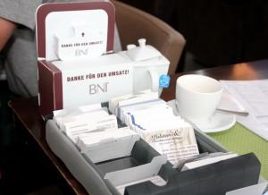 Netzwerken ist alles: Die Unternehmer tauschen Visitenkarten aus. Besucher erhalten sofort einen ganzen Packen. Dahinter die Box für die Empfehlungen. Foto: Thomas Schmitz/pp/Agentur ProfiPress