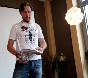 Hanno Radermacher, Polsterer und Raumausstatter aus Marmagen, nutzt die 60-Sekunden-Präsentation, um den BNI-Mitgliedern etwas über Polster zu erklären. Foto: Thomas Schmitz/pp/Agentur ProfiPress