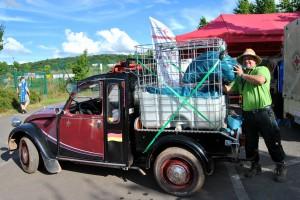 """Mit seiner zum """"Servicewagen"""" umfunktionierten Charleston-Ente sammelte Jörn Bertrams die Müllsäcke auf dem Gelände ein. Foto: Renate Hotse/pp/Agentur ProfiPress"""