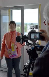Die autistische Künstlerin Heike Giesen steht vor Rolf A. Kluenters Kamera. Foto: Manfred Lang/pp/Agentur ProfiPress