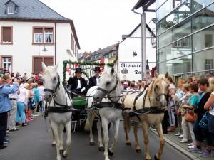 Den historischen Festzug durch die Innenstadt lässt sich kaum jemand entgehen. Foto: Werner Pelm/pp/Agentur ProfiPress