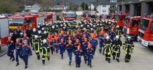 Das Titelbild des Buches zeigt nur einen Teil der Feuerwehrmitglieder der Stadt Schleiden. Das Foto zieht sich rund um das Buch. Foto: Eva Heinen/pp/Agentur ProfiPress