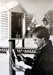 Dieses Foto aus dem Jahr 1982 zeigt Karl Josef Linden an seiner Wetterstation im heimischen Sinzenich. Die Station hatte er fünf Jahre zuvor in Betrieb genommen. Repro: Thomas Schmitz/pp/Agentur ProfiPress