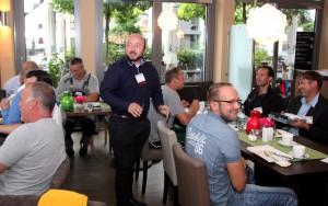 Während des Frühstücks beginnt die Vorstellungsrunde. Jeder Unternehmensvertreter hat 60 Sekunden Zeit, seine Firma vorzustellen. Foto: Thomas Schmitz/pp/Agentur ProfiPress