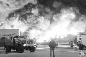 Am 21. April 1980 brach bei der Firma Papstar in Olef ein Feuer aus. Zwei Traglufthallen, die mit hochbrennbarem Einweggeschirr und -besteck gefüllt waren, standen in Flammen. Foto: F.A. Heinen/pp/Agentur ProfiPress