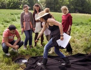 Regisseurin Irina Popow gibt den Darstellern, darunter Kaan Sahan (l.) und Sinje Irslinger (r.) Anweisungen. Foto: WDR/pp/Agentur ProfiPress