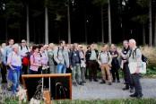 Rund 140 Gäste informierten sich am Nachmittag bei Exkursionen im Wüstebachtal über die Maßnahmen des Life+-Projektes vor Ort. Hier bei einer Führung mit Dr. Michael Röös (rechts), Leiter des Nationalparks Eifel und Josef Wegge (2.v.r.), Geschäftsführer der Biologischen Station Städteregion Aachen. (Foto: A. Simantke/Nationalparkverwaltung Eifel)