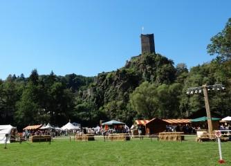 Strahlend blauer Himmel überspannt die einzigartige Kulisse des Historischen Burgenfestes Manderscheid.