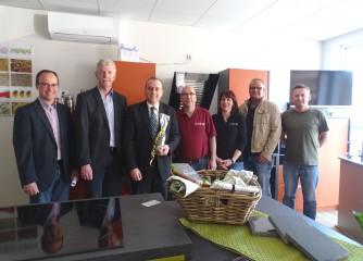 Den Sieger der 1. Ideenbörse des Landkreises Ahrweiler Jörg Quirbach (mitte) erreichten viele herzliche Gratulationen der Ortsgemeinde, Verbandsgemeinde, vom Gewebeverein und von Freunden und Familie.
