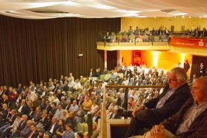 Der Gemünder Kursaal war voll besetzt. Während des Vortages von Claus Kleber hing die Menge an den Lippen des Moderators. Bild: Tameer Gunnar Eden/Eifeler Presse Agentur/epa