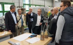 Dozent Michael Hoffmann erläuterte den Teilnehmern das Labor für digitale Produktentwicklung und Fertigung der Hochschule Trier. Foto: Hochschule Trier/pp/Agentur ProfiPress