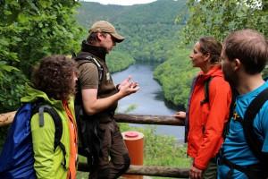 Tamina Kallert (2.v.r.) testet den Wildnis-Trail, geführt von Nationalpark-Waldführer Guido Priske (2.v.l.). Herrliche Ausblicke begleiten die zweite Etappe des Wildnis-Trail, hier mit Blick auf den Obersee am Rursee. Foto: A. Simantke/Nationalparkverwaltung Eifel/pp/Agentur ProfiPress