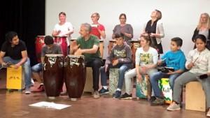 """Die Trommelgruppe """"Kalimba"""", die bei den Kaller Begegnungscafés entstanden ist, probt für ihre ersten Auftritte im Rahmen der interkulturellen Woche. Foto: Dorothea Muysers/pp/Agentur ProfiPress"""