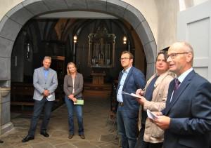 Die Bedeutung der Archäologietour für den Tourismus in der Region stellte Mechernichs Bürgermeister Dr. Hans-Peter Schick (r.) heraus. Foto: Renate Hotse/pp/Agentur ProfiPress