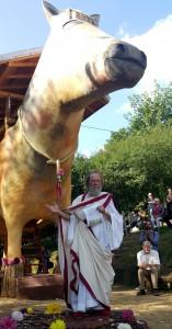 Das Trojanische Pferd soll die letzte Großskulptur des Künstlers Paul Greven sein. Er präsentierte sie in einem griechischen Gewand und legte dafür sogar Brille und Hut ab. Foto: Manfred Görgen/pp/Agentur ProfiPress