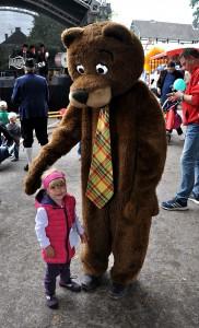 Der Bär war zwar los, aber trotzdem hatte die zweijährige Letizia aus Kall-Rüth keine Angst vor dem riesengroßen Ungetüm. Foto: Reiner Züll/pp/Agentur Profipress