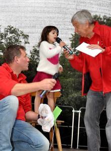 Das vierjährige syrische Flüchtlingsmädchen Cham hatte den sehnlichen Wunsch, auf der Lückerather Bühne singen zu dürfen. Sie durfte natürlich - und sang in deutscher Sprache über blühende Blumen. Foto: Reiner Züll/pp/Agentur Profipress