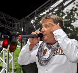Der Entertainer Julian Heldt sorgte während des siebenstündigen Unterhaltungsprogramms auch für Stimmung an Schoßbach- und Hochstraße. Foto: Reiner Züll/pp/Agentur Profipress