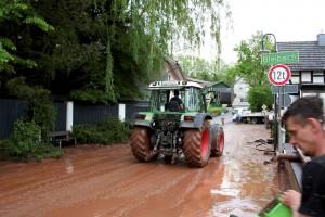 Radlader und Traktoren mit Frontlader waren in Scheven nach dem Unwetter im Einsatz, um die Straßen und Hofeinfahrten wieder passierbar zu machen. Foto: Privat/pp/Agentur ProfiPress
