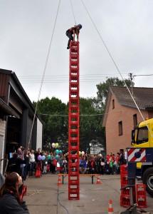 Spannend waren die Wettbewerbe des Kistenstapelns, bei denen die Teilnehmer keine Höhenangst haben durften. Foto: Reiner Züll