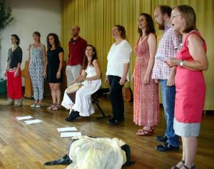 Ein kurzfristig gegründeter Elternchor begrüßte die Gäste bei der Eröffnungsfeier der Freien Veytalschule Satzvey. Foto: Stephan Everling/pp/Agentur ProfiPress