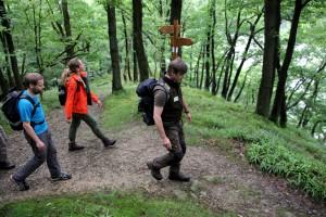 WDR-Moderatorin Tamina Kallert (Mitte) erkundet den Nationalpark Eifel auf dem Wildnis-Trail. Foto: A. Simantke/Nationalparkverwaltung Eifel/pp/Agentur ProfiPress