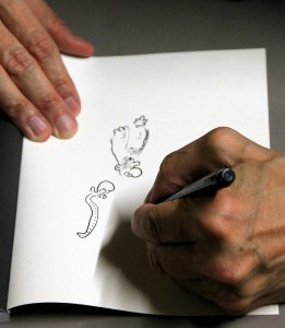 Kleines Kunstwerk: Im Anschluss an die Veranstaltung veredelte Ralf König seine Werke noch mit kleinen zeichnerischen Kunstwerken. Foto: Claudia Hoffmann/pp/Agentur ProfiPress.