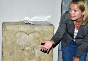 LVR-Archäologin Dr. Ulrike Müssemeier erklärte die Abbildungen und Inschriften auf dem Matronenstein. Foto: Renate Hotse/pp/Agentur ProfiPress