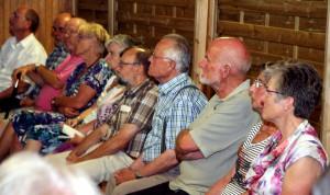 Konzentriert hörten die anwesenden Dorfbewohner den Ausführungen der Quartiermanagerin Friederike Büttner und von Ortsvorsteher Karl Vermöhlen zu. Foto: Thomas Schmitz/pp/Agentur ProfiPress