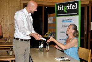 Auch Roetgens Bürgermeister Jorma Klauss ließ es sich nicht nehmen, sich ein Buch von Isabel Bogdan signieren zu lassen. Foto: Renate Hotse/pp/Agentur ProfiPress
