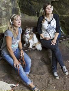 Moderatorin Simone Sombecki und Inga Sprünken machen eine Audiotour in der Teufelsschlucht. Foto: WDR/ace 1 tv